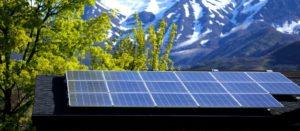 Panneaux solaires devant montagne enneigée