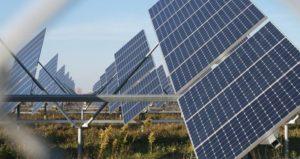 panneaux solaires dans un champ