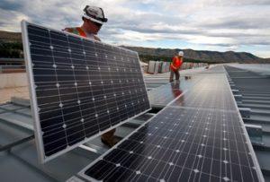 Technicient installant panneaux solaires